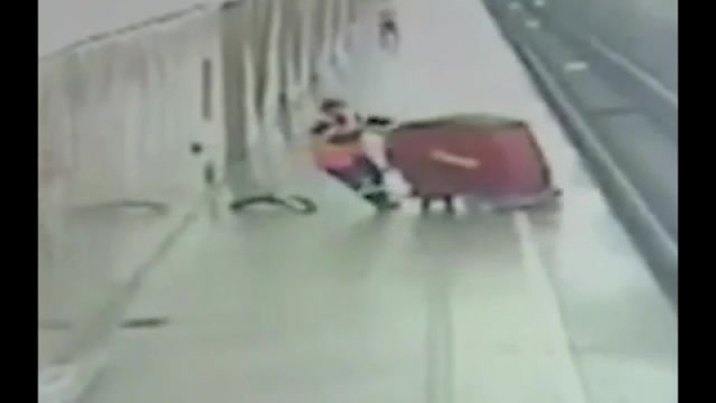 Робот покончил с собой в метро в Москве