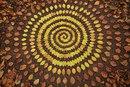 Из листьев и веток, из камней и ракушек, Джеймс создает спиральные узоры…