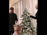 Тимати и Алена Шишкова встретились, чтобы нарядить елку вместе с дочерью