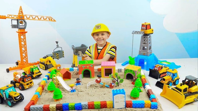 Рабочие МАШИНКИ и Строитель Даник строят ДЕТСКУЮ ПЛОЩАДКУ в кинетическом песке. Про Машинки