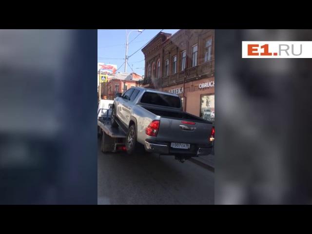 Водитель пикапа пытается уехать с эвакуатора