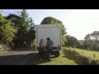 Молодая пара живет в фургоне Ford Transit