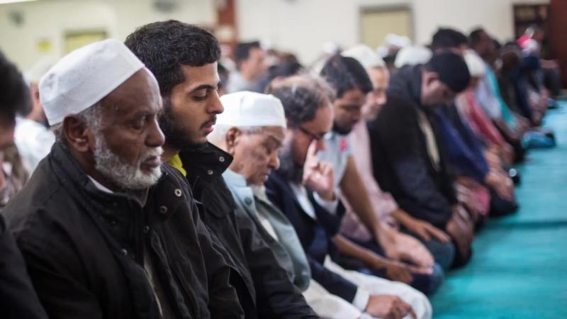 Bundesverfassungsgericht- Muslim muss vor Richter aufstehen – er wollte sich nur vor Allah erheben