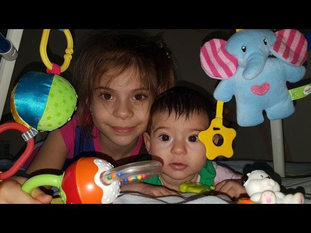 Elis bebek Zara için battaniyeden ve oyuncaklardan oyun yeri yapıyor