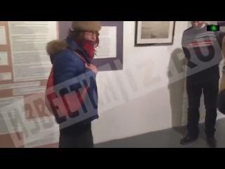 Мужчина в женском платье облил фото голой девочки на выставке Стерджеса