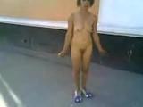 Девушка по городу шагает голышом