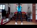 танцует в леггинсах