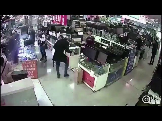 Покупатель взорвал телефон укусив его