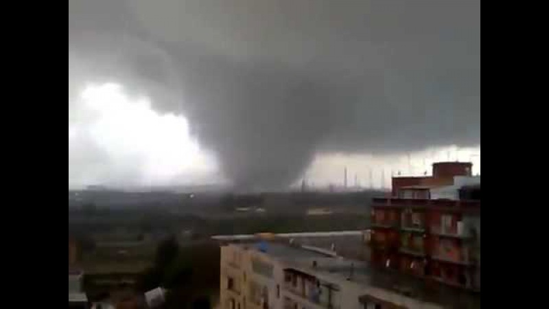 Huge Tornado in Taranto, Italy (November 28, 2012)