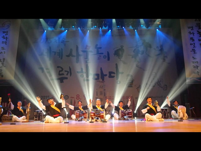 Ким Док Су и его группа исполняют самульнори 김덕수 사물놀이