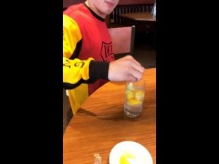 Чарльз кидает в воду лимоны