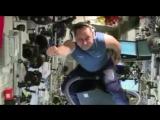Космонавт Антон Шкаплеров верхом на пылесосе