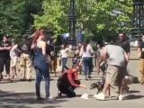 Кэти играется с собакой на съёмках