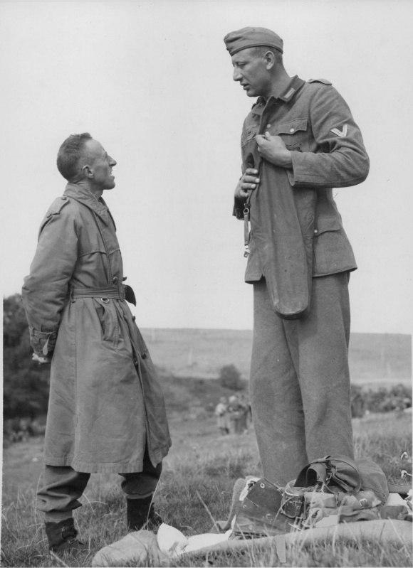 Канадский солдат и пленный обер-ефрейтор вермахта Якоб Накен, сентябрь 1944 года.