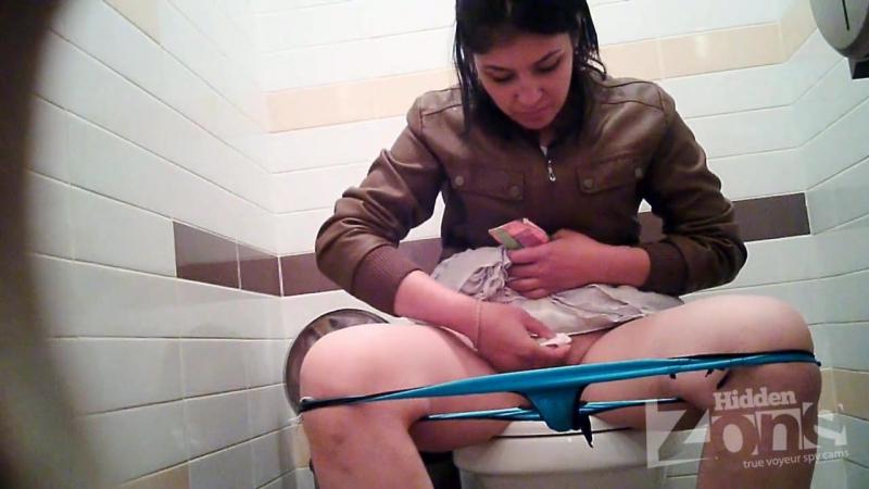 Писающие в туалетах видео онлайн, кудрявая сосет на коленях