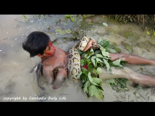 Amazing Boy Catch Huge Snake While Shooting Fish in The River (1)