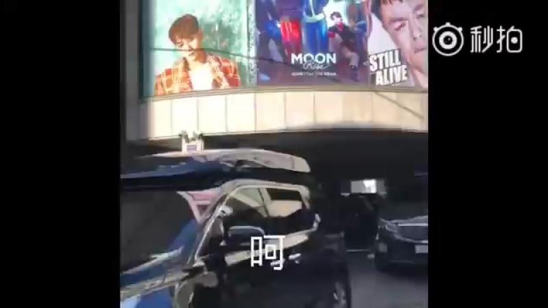 [FANCAM] 180205 БэмБэм, уезжая из JYPE, машет фанатам