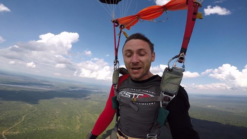 Прыжок с парашютом над дикой саванной Африки. Водопад Виктория