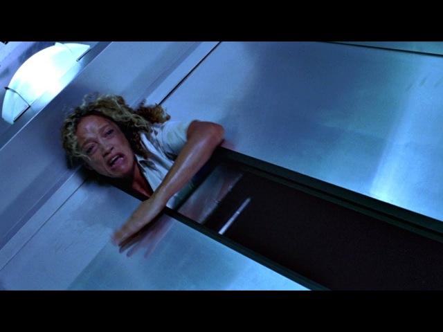 Искусственный интеллект Красная Королева убивает всех работников лаборатории. Обитель зла. 2002