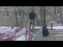 По крыше морга ходят люди