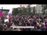 В Москве толпа митингующих поздравила Путина с днем рождения