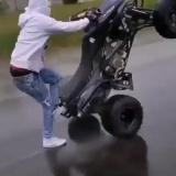 Трюкач на квадроцикле