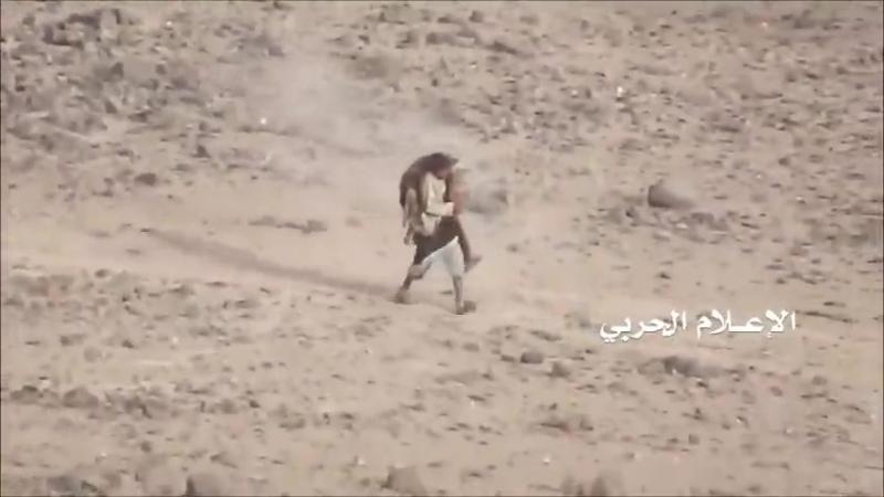 Повстанец выносит раненого товарища с поля боя под обстрелом и без прикрытия.