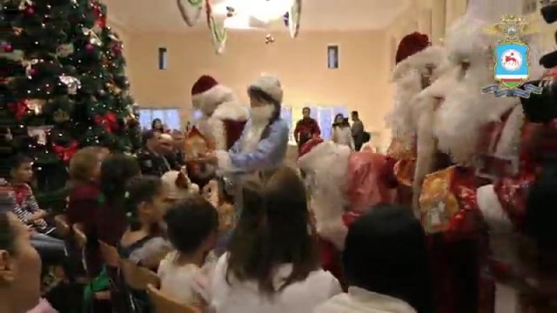 Полицейские в костюмах Деда Мороза и Снегурочки поздравляют детей из неблагополучных семей