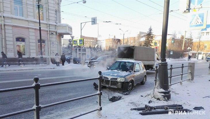 Nissan снес ограждение в центре Томска, никто не пострадал