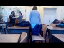 Школьница в короткой юбке показала попу в трусиках в школе
