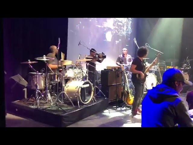 Derrick Mckenzie and Larnell Lewis duet on Deeper Undergound (Yamaha Drums Show2 in Paris)