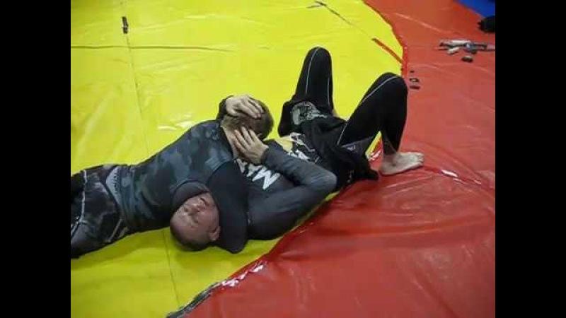 Грязный уход от удушения со стороны головы- давление пальцем в шею.