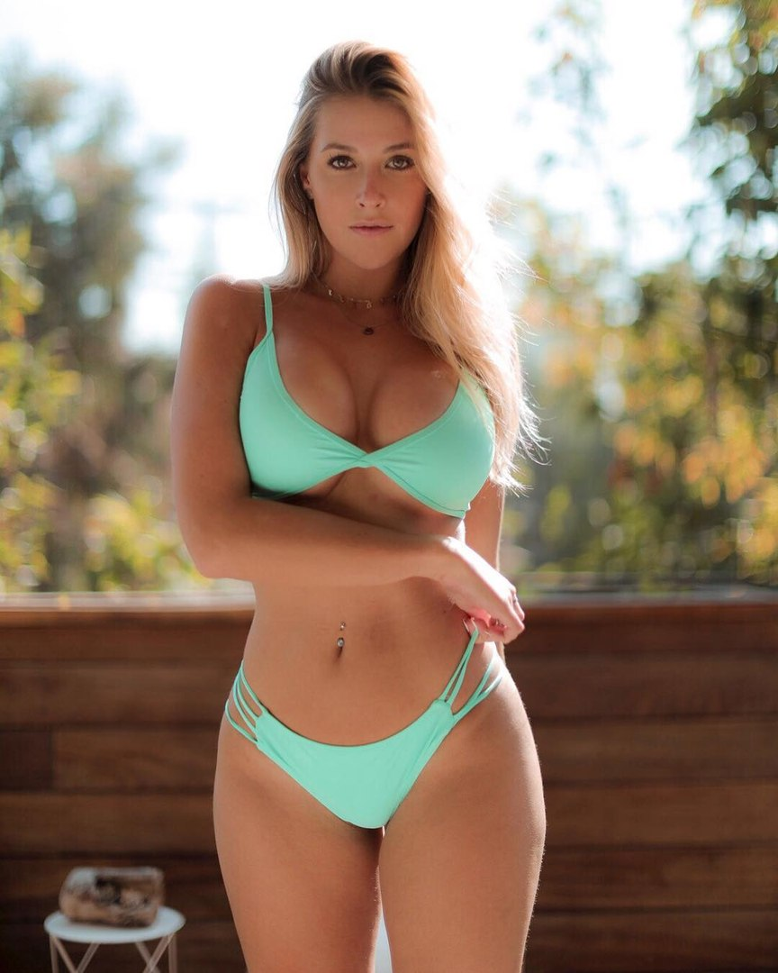 Sexy weather girl longeria