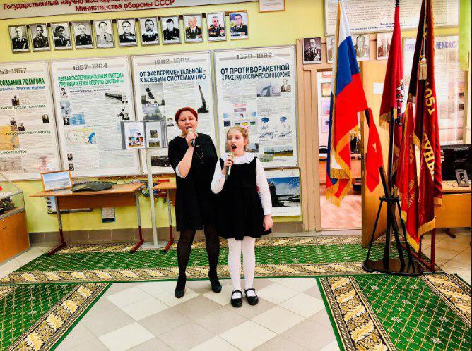 Театр песни «Берег детства» поздравил учителей школы Лианозова с 8 Марта
