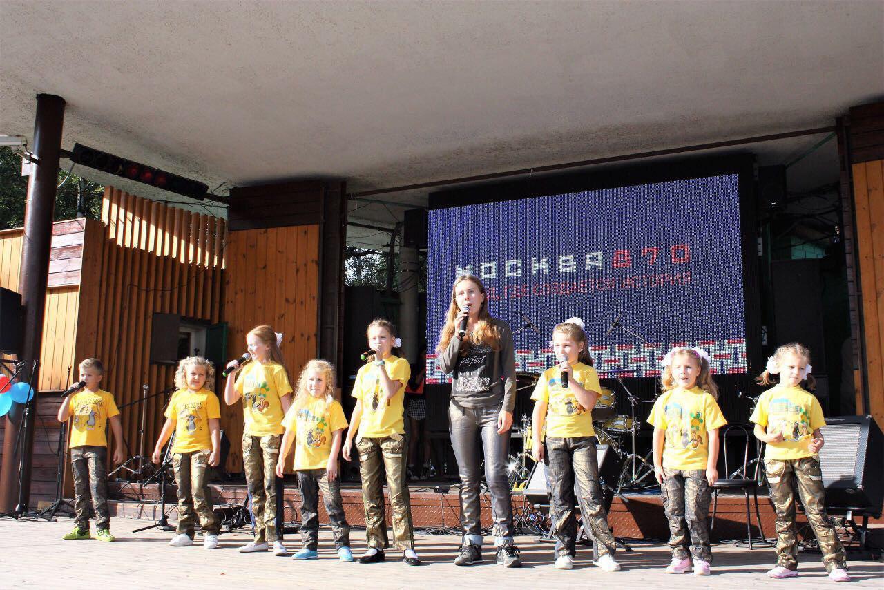 Эстрадный театр «АльТ» поздравил посетительниц Лианозовского парка с праздником