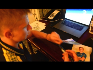 Зинченко подписывает автографы для подписчиков.