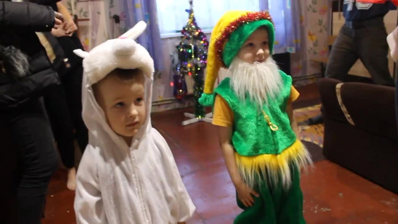 Дед Мороз и Cнегурочка поздравляют подопечных благотворительного Фонда поддержки многодетных семей Калининградской области Улыбк