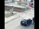 Прохожий спас водителя с машиной на закрывшемся переезде