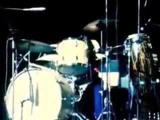 Джон Бонэм, соло на барабанах.
