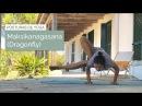 Posición de Yoga Maksikanagasana dragonfly o postura de la libélula