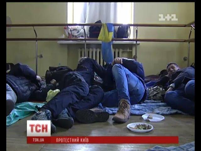 Жовтневий палац продовжує слугувати притулком для мітингувальників