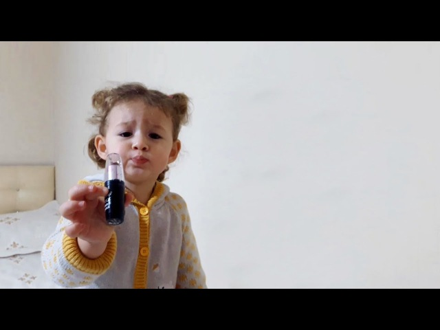 Makyaj Malzemelerinin Tanıtımını Yapan Küçük Kız