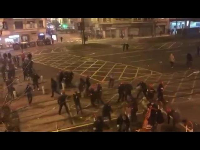 ⚠️Около 150 кб хулиганов патрулируют улицы Бильбао. На опустевшем перекрёстке канонада из многочислен...