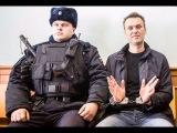 Алексея Навального задержали в подъезде собственного дома в Москве утром 29 сент...