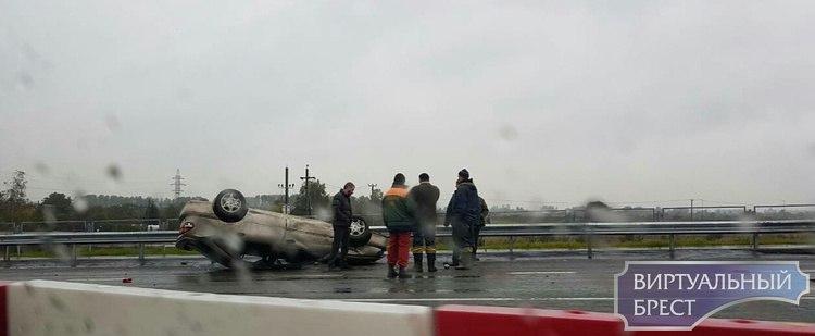 На Северном полукольце у путепровода перевернулся автомобиль