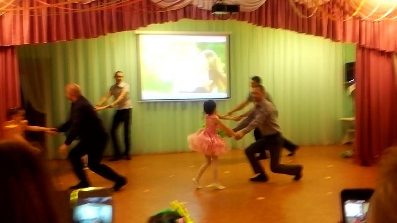 Танец пап с дочками ко Дню матери