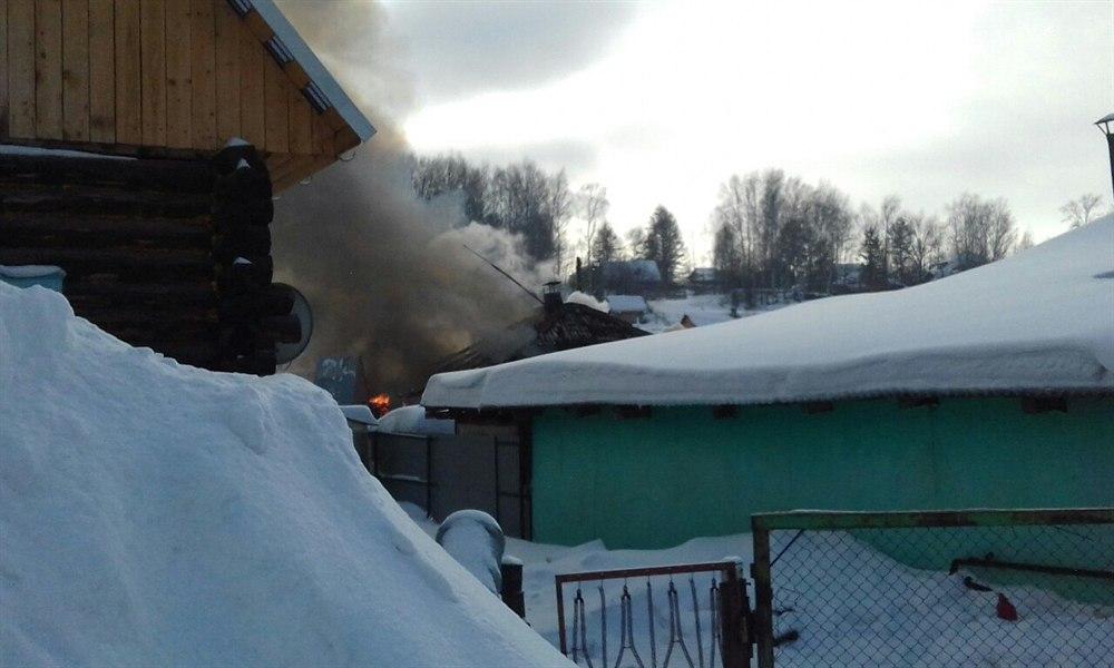 При пожаре в частном доме в Томске погиб ребенок и пострадала женщина