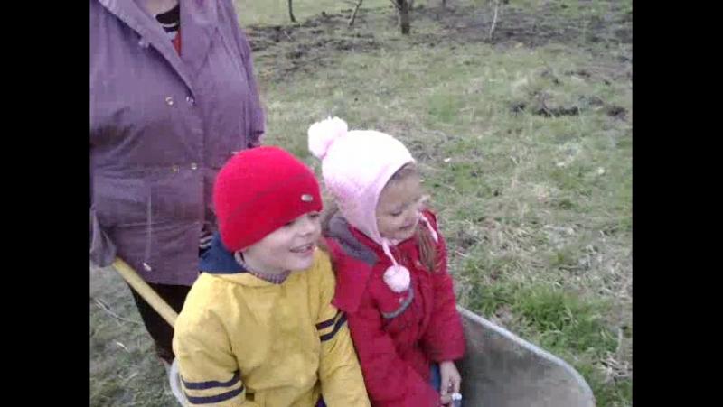 Бабушка катает своих внуков Максима и Анастасию после картошки 19.03.2017 г.