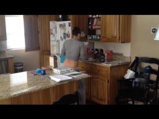 Застукал жену танцующей на кухне