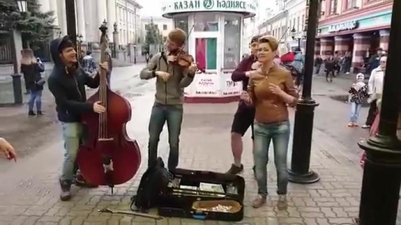 Devuwka_kruto_spela_pesnju_pro_Putina-spaces.ru.mp4
